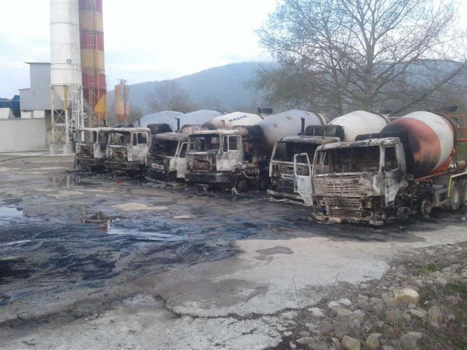 Firma kojoj je spaljen vozni park dan ranije dobila veliki posao na izgradnji stanova za vojsku i policiju