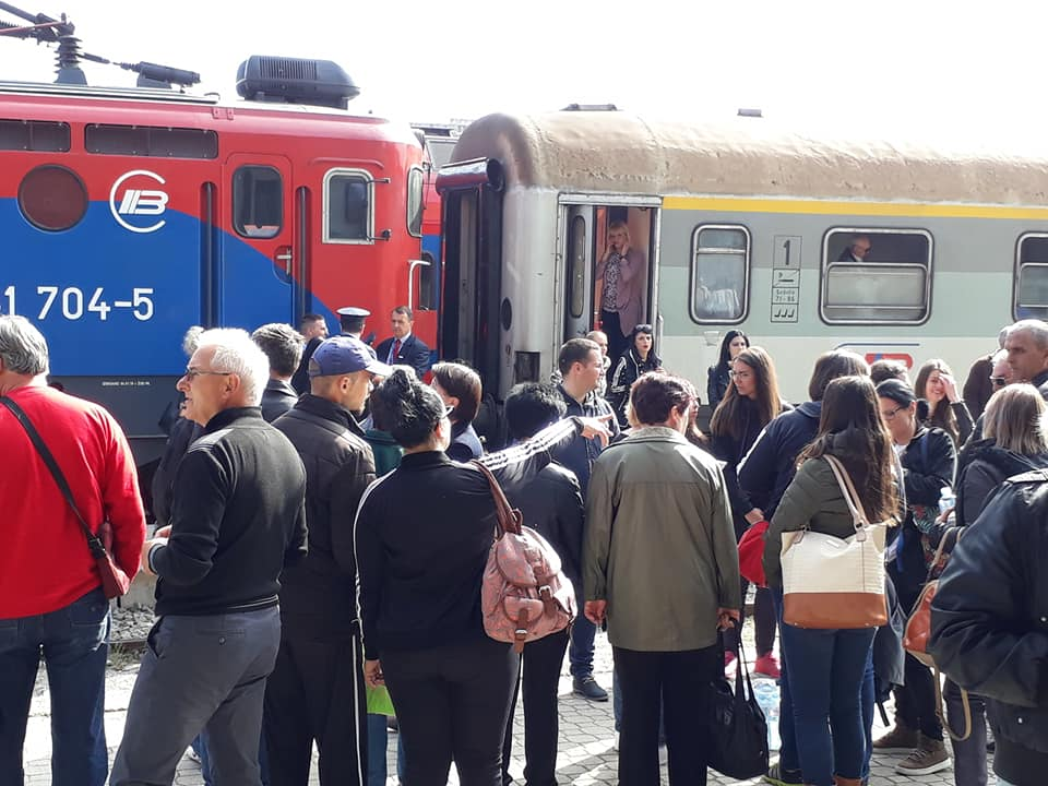 Južnjaci pred Vučićem sa ispunjenom kvotom, prepuni autobusi i vozovi (VIDEO)