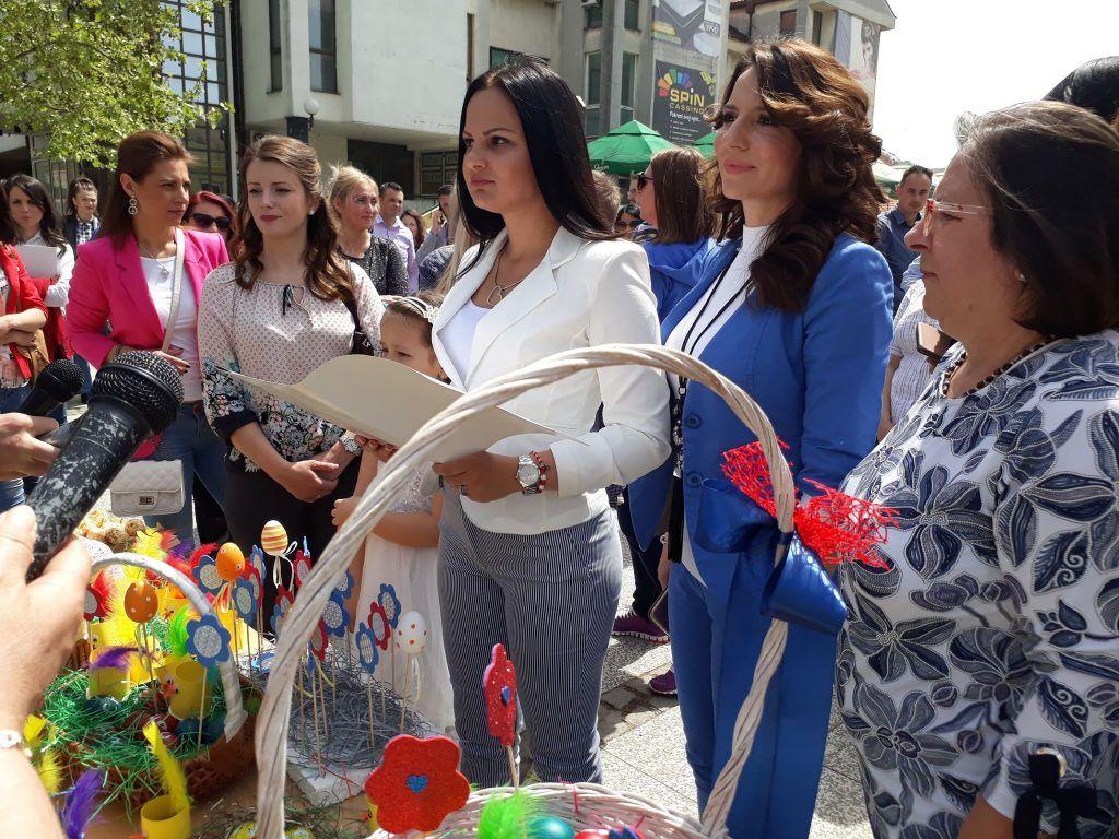 Žene iz SNS-a delile uskršnja jaja Leskovčanima