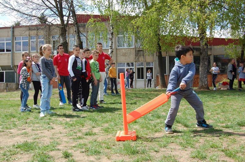 Deca migranti i osnovci iz Vranja igrali kriket i fudbal