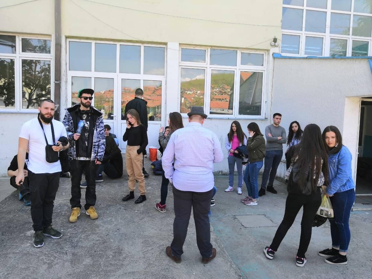 DRAMA U LEBANU Protest učenika zbog zabrane odlaska na Pozorišne susrete u Kragujevcu (VIDEO)