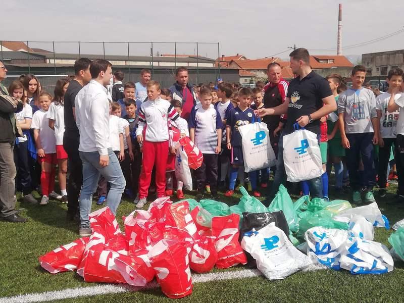 Majice i lopte za male fudbalere na Međunarodni dan sporta