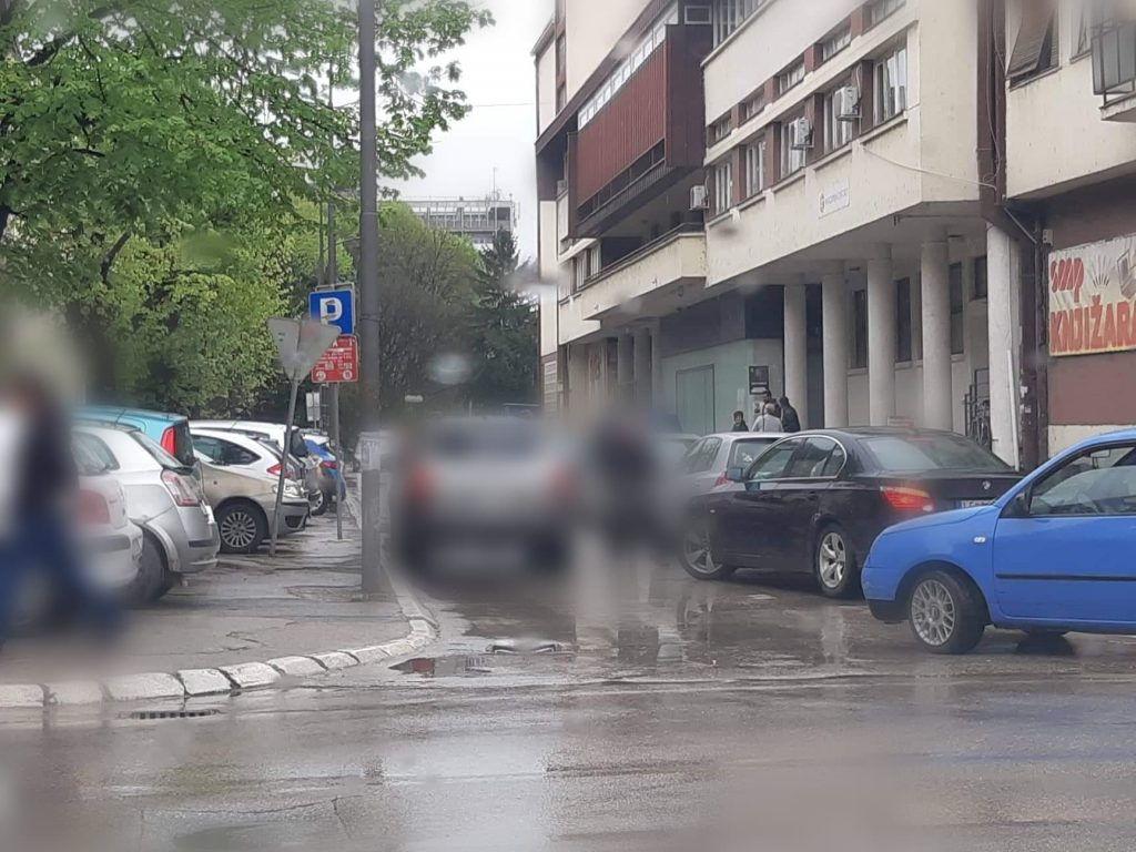 Haos na parkiralištima i oko njih