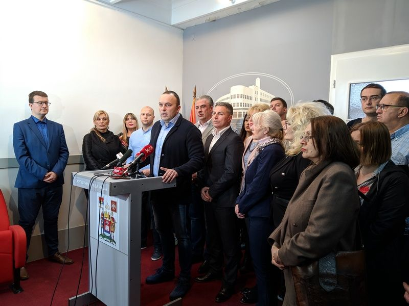 Odbornici SNS se zatvorili u Skupštini zbog straha od Obradovića, Dveri kažu da je reč o spinu