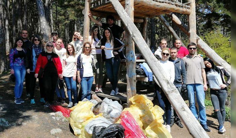 Studenti u akciji čišćenja Borinog brda na Dan planete Zemlje