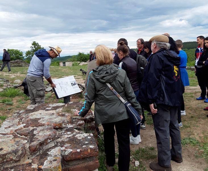 Turisti iz cele Srbije na Caričinom gradu