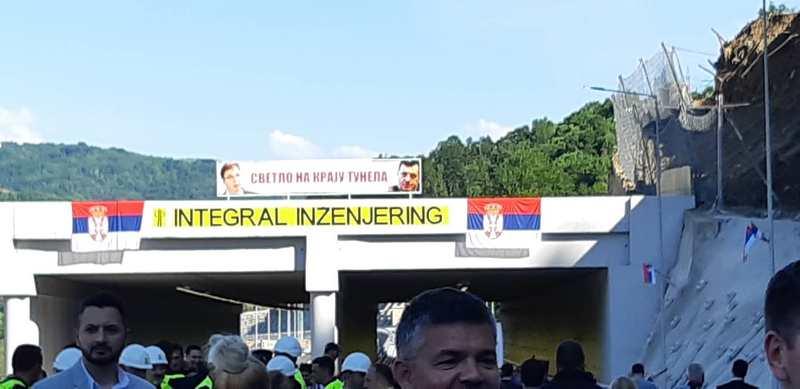 U Grdeličkoj klisuri skinut transparent sa fotografijama Vučića i Dodika (video)