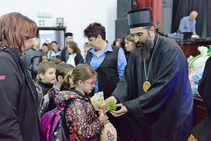 Na uskršnjoj svečanosti u Medveđi episkop Arsenije deci delio jaja