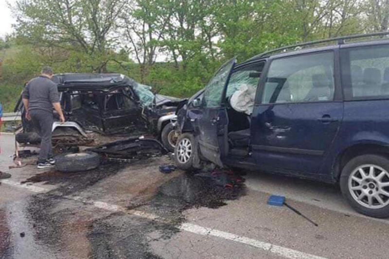 PONOVO UDES Smrskani automobili, dvoje teško povređeno