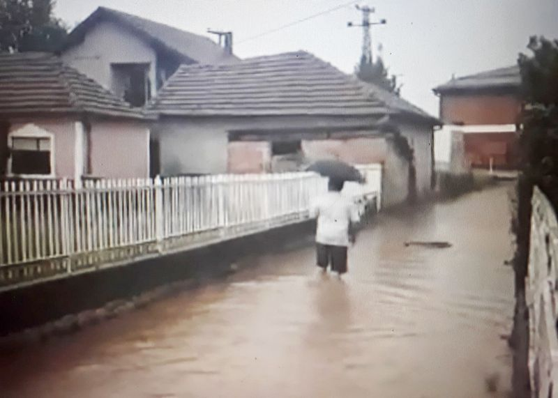 Voda do kolena, a u ruci kišobran