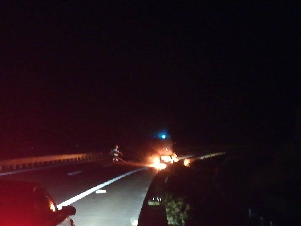 Izgoreo automobil na auto-putu kod Grdelice (VIDEO)