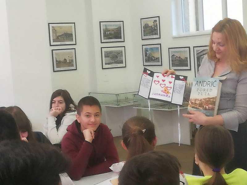Završena pripremna nastava iz srpskog, osmaci poklonili knjigu profesorki
