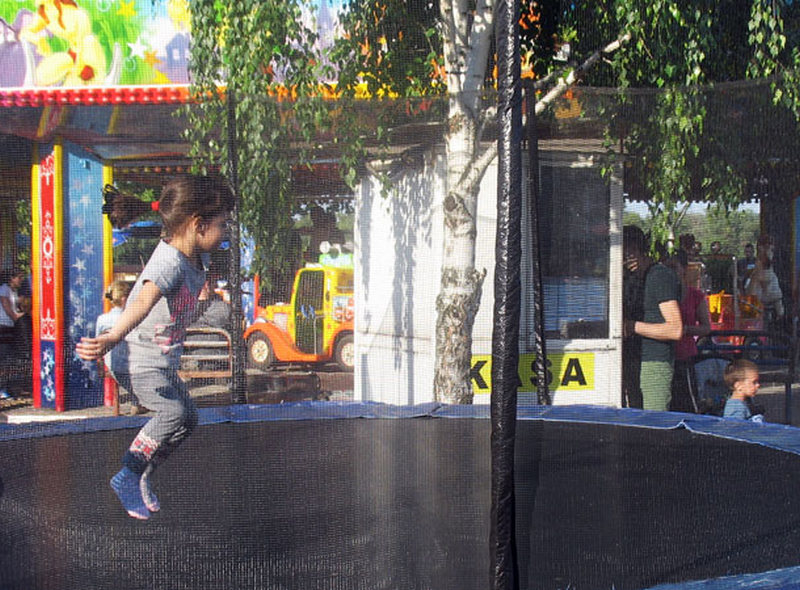 Dete teško povređeno na trambolini