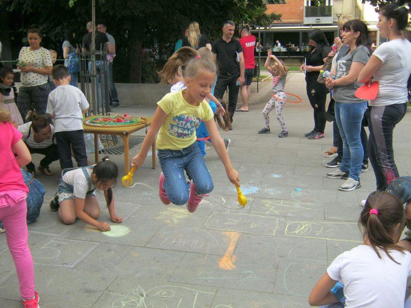 Igra, pesma i preskakanje konopca u Ulici dečje radosti