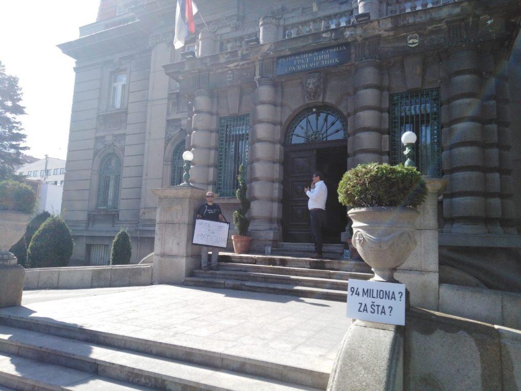 Niški odbornik sa transparentima ispred gradskih preduzeća, jutros posetio gradonačelnika