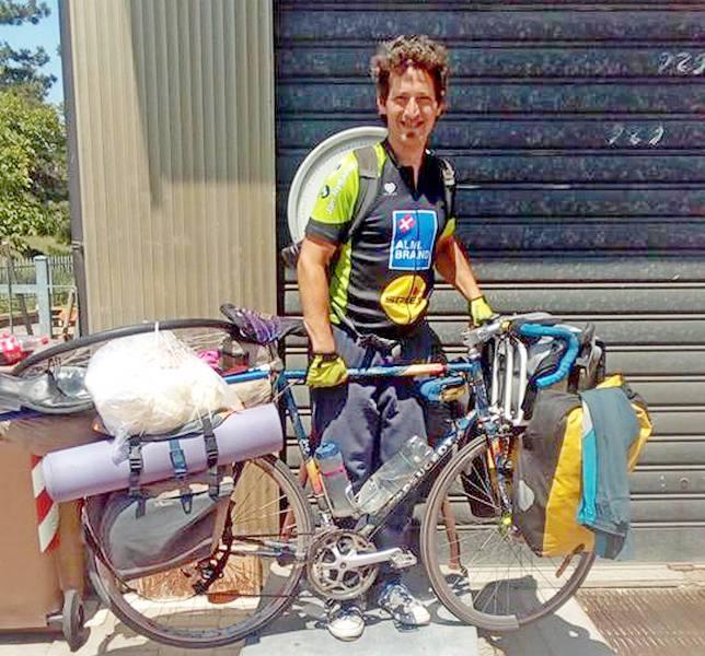 """Leskovački """"svetski putnik"""" biciklom obilazi Evropu, spava gde stigne"""