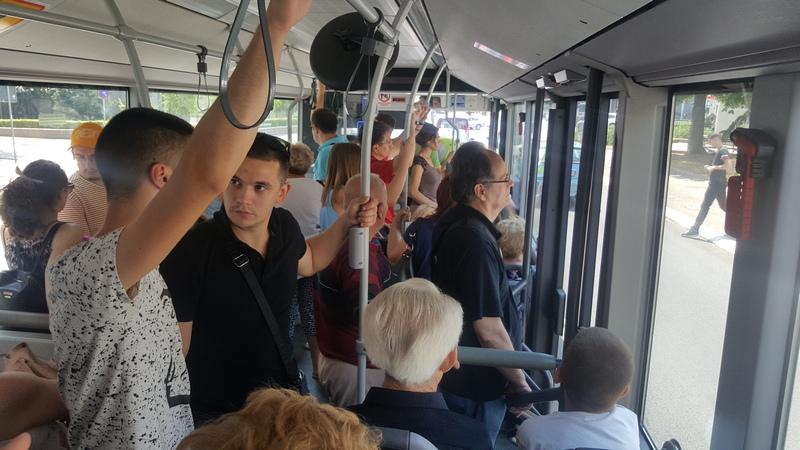 Žena ispala iz autobusa u pokretu