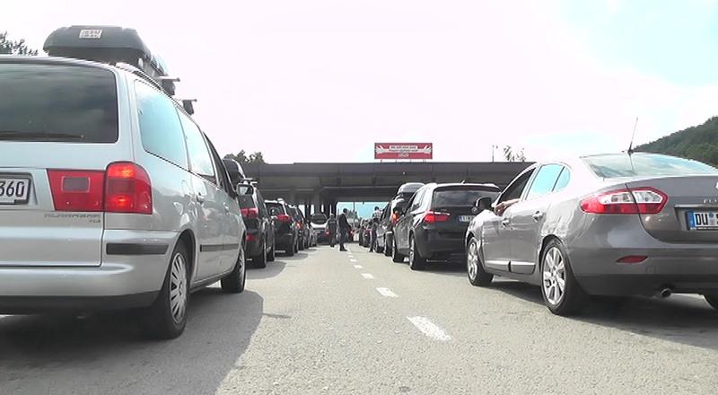 Čekanje na graničnim prelazima oko sat vremena, za vikend se očekuju velike gužve vikenda