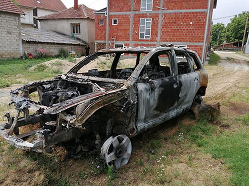 Izgoreo džip u dvorištu porodične kuće