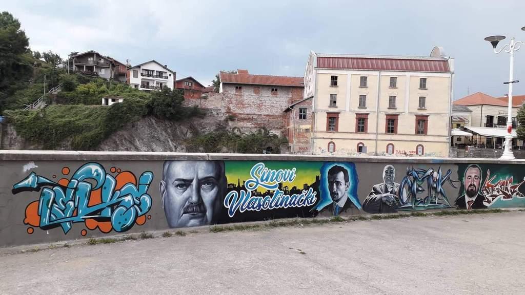 Na muralima u Vlasotincu Vlada Ilić, Hristifor Crnilović, Šurda i Boba