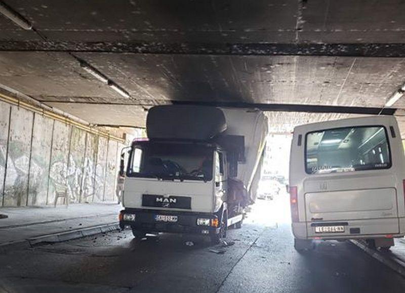 Zaglavio se kamionom ispod podvožnjaka, blokirana vozna traka ka izlazu iz Leskovca