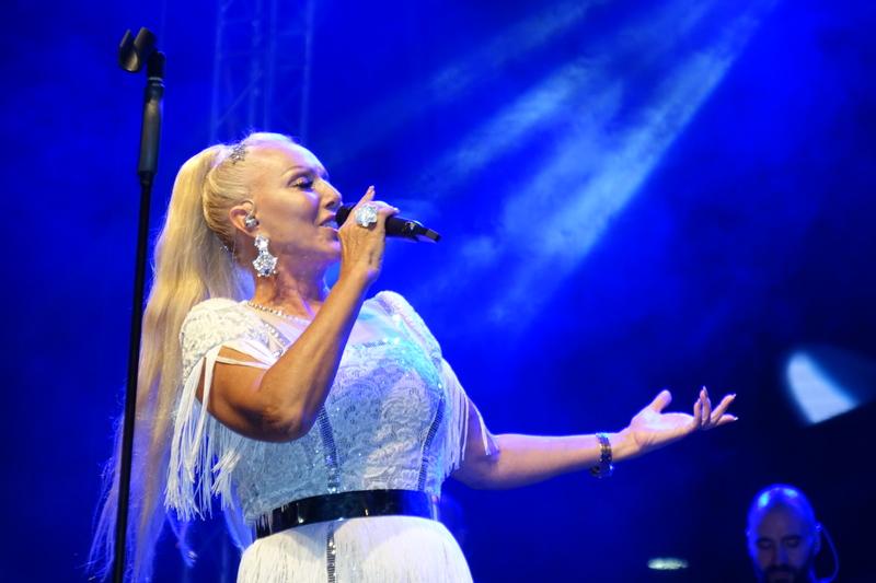 ROŠTILJIJADA Lepa Brena na prepunom bulevaru pevala svoje najpopularnije hitove (foto,video)