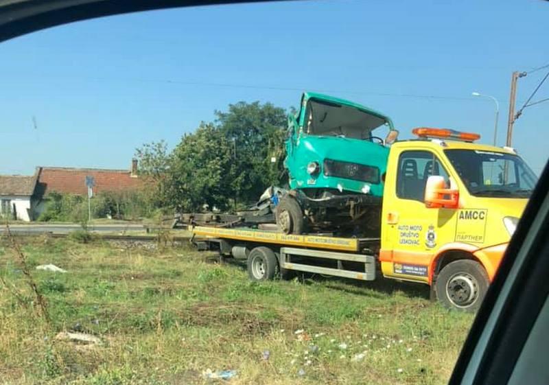Sudar teretnog voza i kamiona na pružnom prelazu kod Leskovca