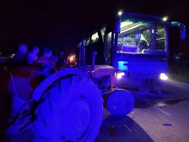 Pijani traktorista udario u autobus pun putnika