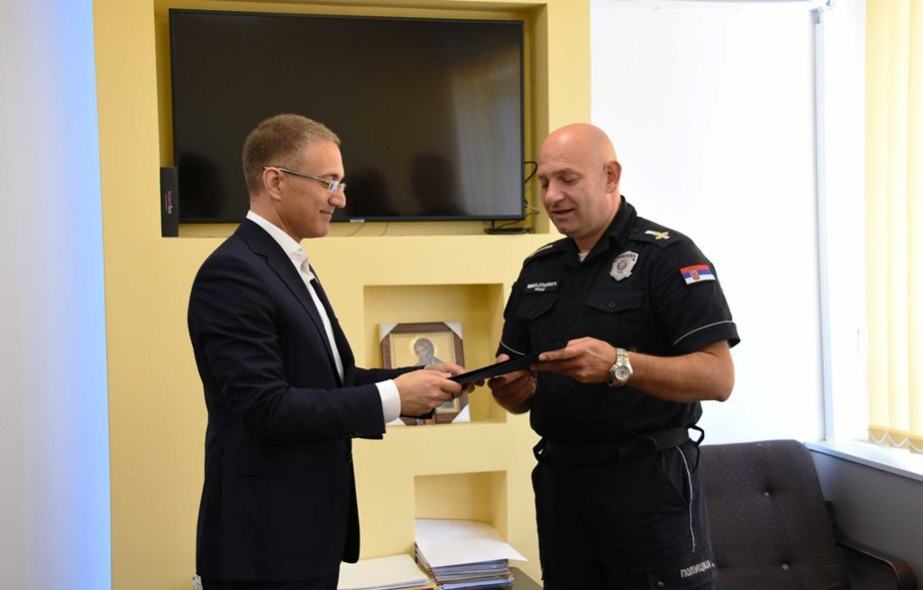 Ministar nagradio hrabrog leskovačkog policajca koji je spasao živote svojih kolega
