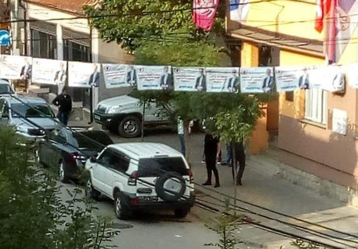 Automobili bez tablica okupirali Medveđu na dan izbora, nema zvaničnih prijava