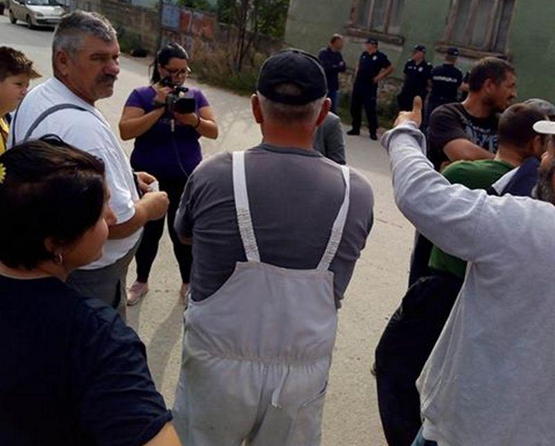 Protest roditelja zbog izbacivanja dece iz autobusa