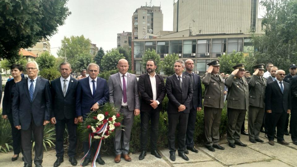 Položeni venci i cveće na Spomenik revolucije