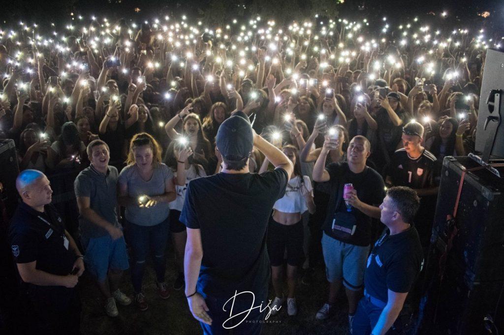 Klinac na humanitarnom koncertu u Leskovcu prikupio 23.650 dinara za bolesnu decu