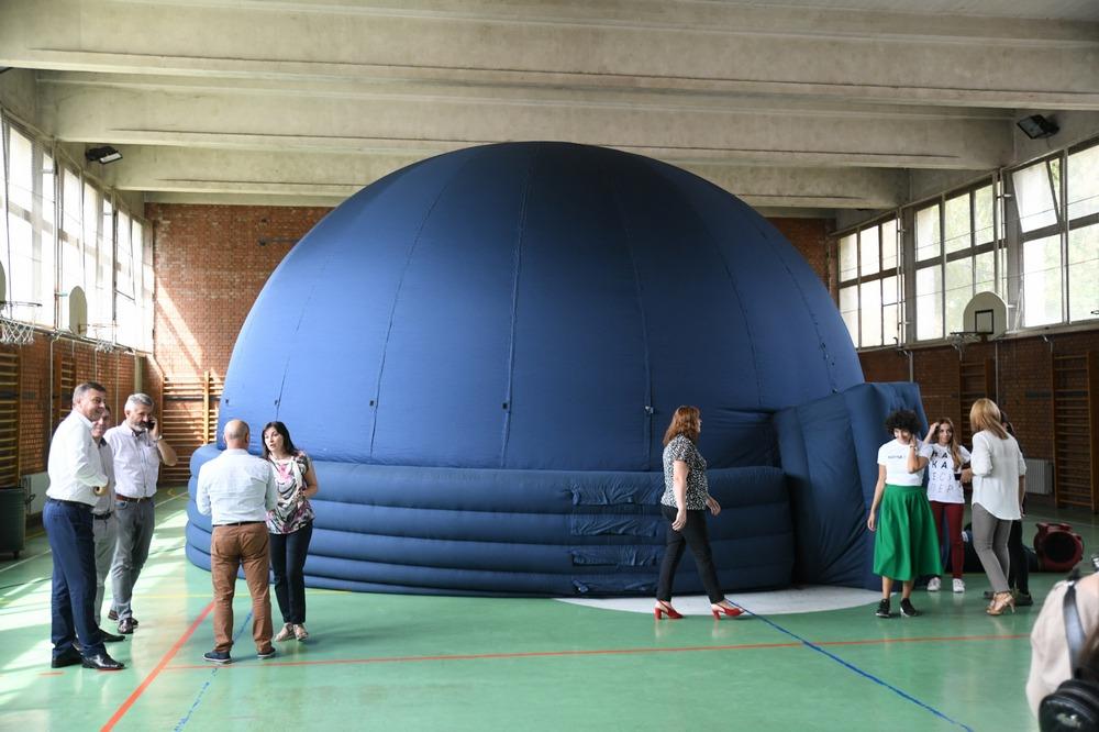 Mobilni planetarijum postavljen u OŠ ''Vuk Karadžić'' u Pirotu