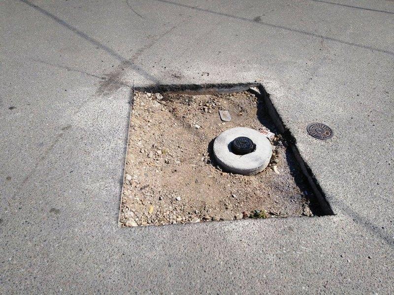 Neobeležena i nepopunjena rupa pretnja za vozače i pešake