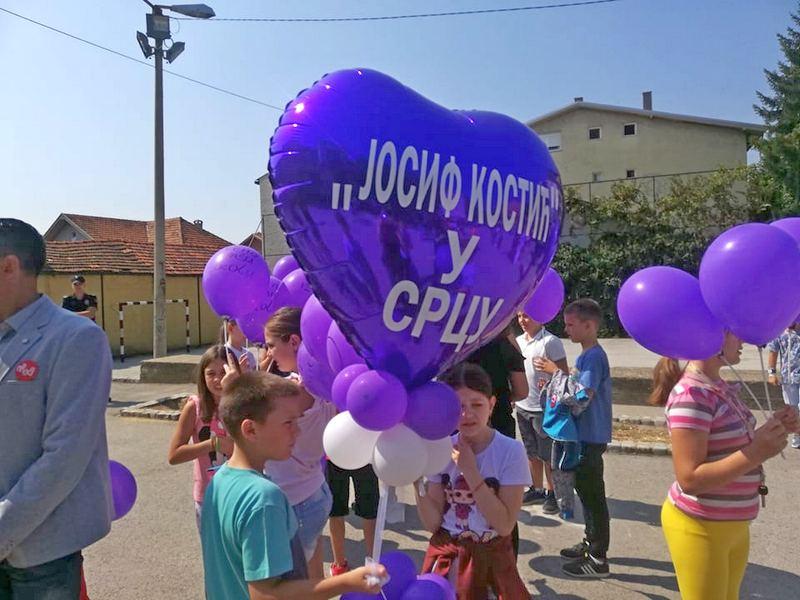 Štrajk upozorenja dece i roditelja u dvorištu Osnovne škole Josif Kostić
