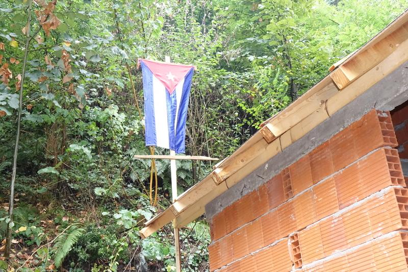 Na nedovršenoj vikendici zastava Kube