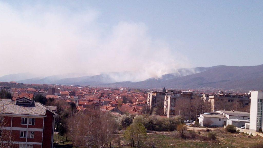 Vatrogasci čine sve da ugase požar iznad Vranja