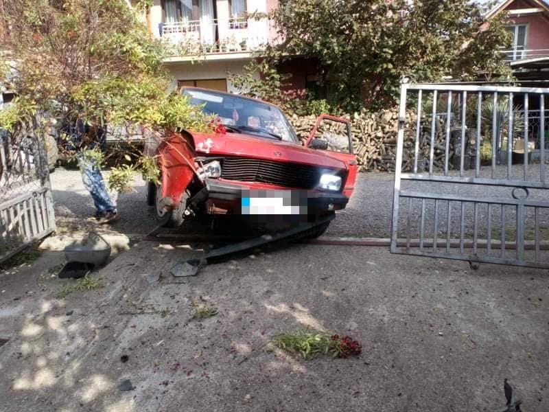 Dečaci oteli auto, pa uleteli u dvorište prepuno dece