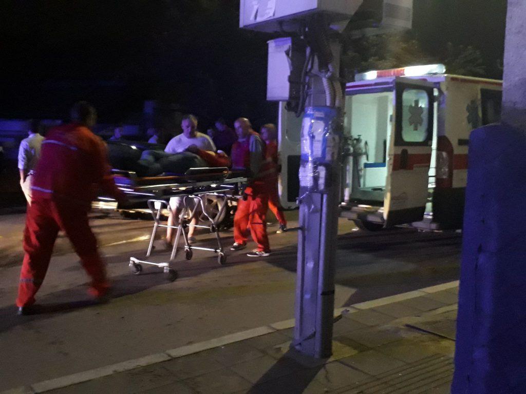Teška saobraćajka nakon povratka sa rođendana, mladić izleteo kroz prozor automobila, u besvesnom stanju prebačen  u bolnicu