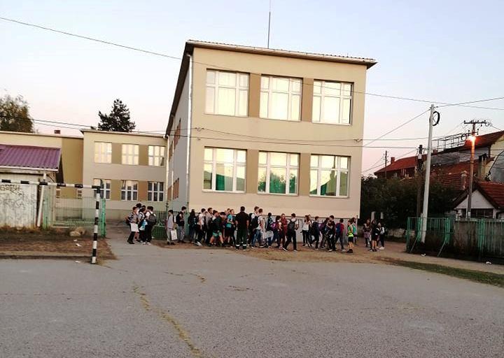 Osnovci se tukli u dvorištu škole, prosvetari upozoravaju: Tako je skoro svaki dan, ruke su nam vezane