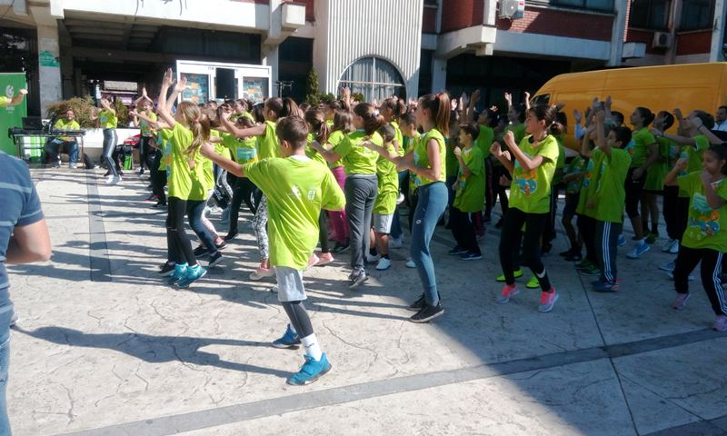 Olimpijski trening sa preko sto dece na trgu