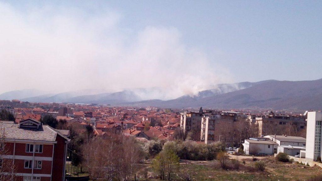 Požar kod Vranja gase i vatrogasci iz Leskovca i Niša, stižu i helikopteri