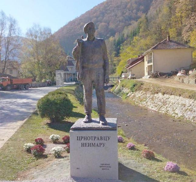 Spomenik Crnotravcu neimaru podignut i u Crnoj Travi