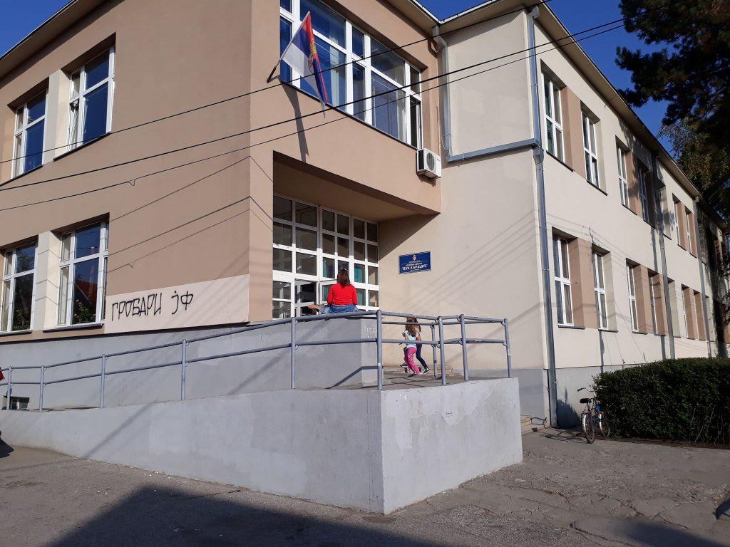 Krivična prijava za nasilništvo protiv majke koja je tukla decu u školskim klupama