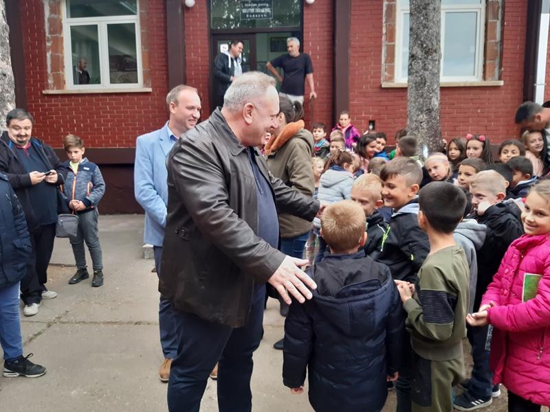 Prozorima sa Opšte bolnice u Leskovcu zamenjena 44 stara u školi u Vinarcu