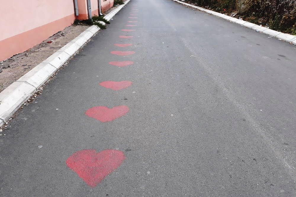 """Osvanulo 21 srce na asfaltu ispred """"Leonija"""""""