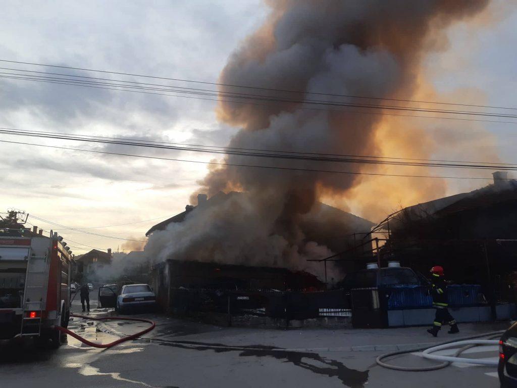 Veliki požar na otpadu porodične kuće preko puta Capitol parka