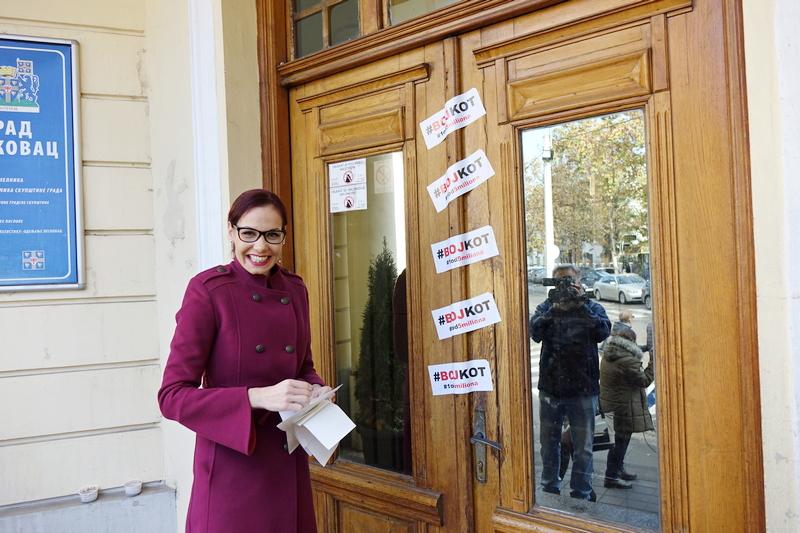 Nalepnicama BOJKOT#1od 5 miliona zatvorili ulaz u sedište Skupštine Leskovca