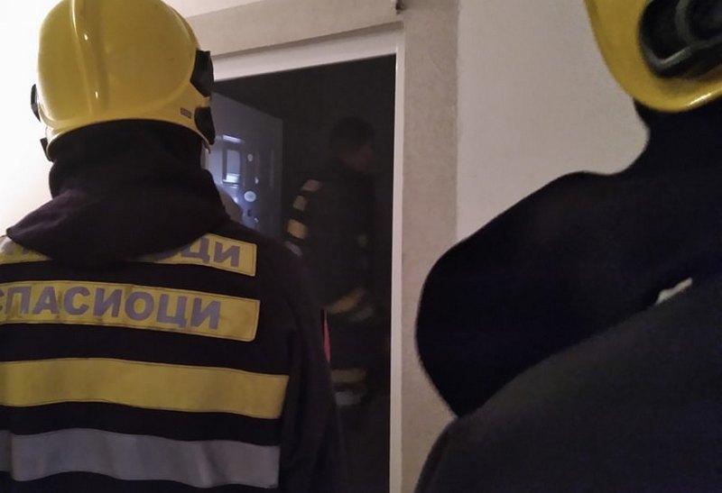 Majka troje dece zapalila nameštaj: Policija intervenisala, odveli je u bolnicu